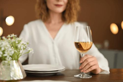 ワイングラスを選ぶイメージ画像
