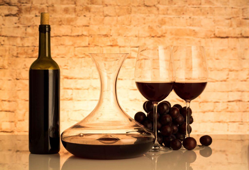 デキャンタと赤ワインとグラス