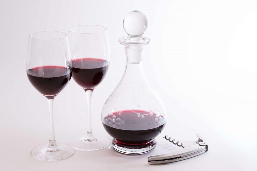 赤ワインとデキャンタ